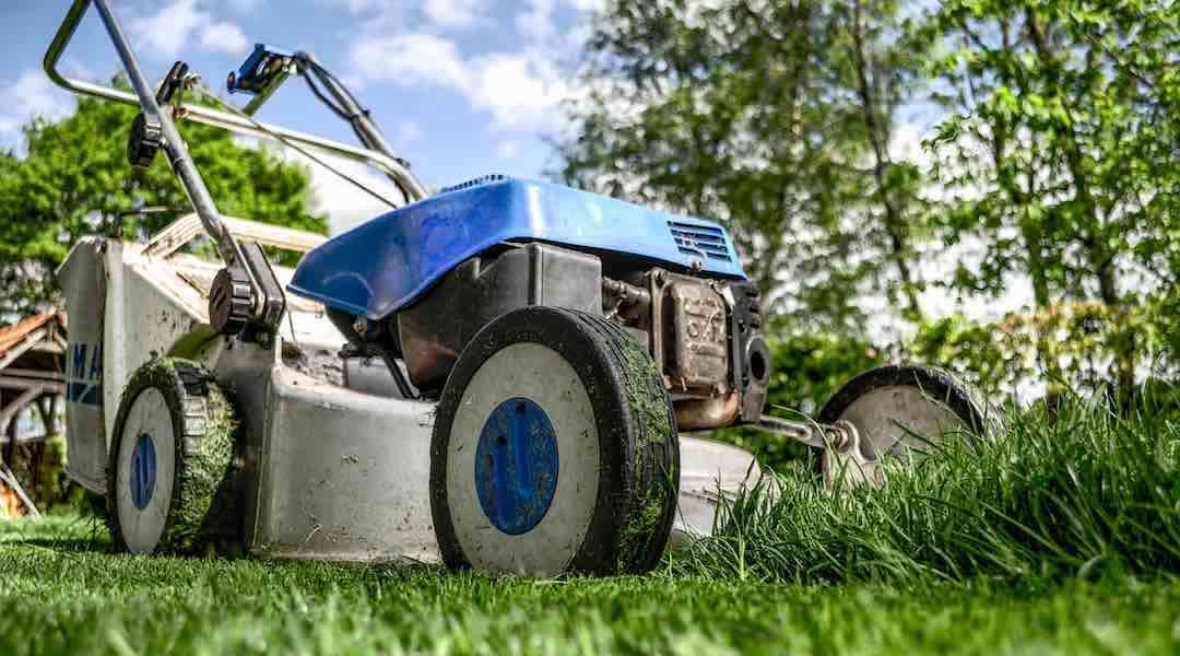 Michael Handyman slår græs